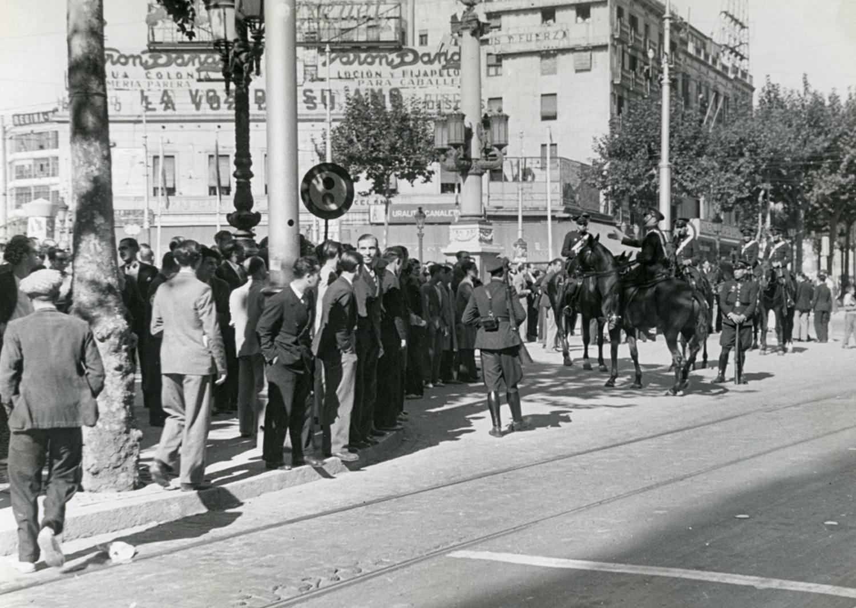 1934 AFB Vaga general amb motiu de protesta contra la constitució del Govern de la República. La policia a cavall, controla als manifestants. Autor Pérez de Rozas, Carlos (2)