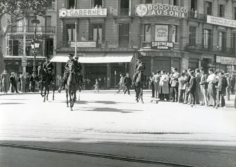 1934 AFB Vaga general amb motiu de protesta contra la constitució del Govern de la República. La policia a cavall, controla als manifestants. Autor Pérez de Rozas, Carlos