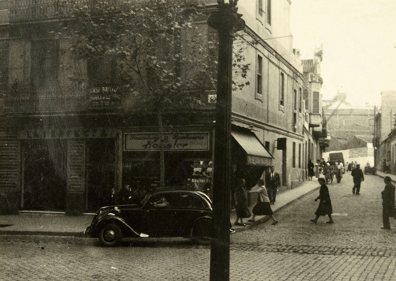 1897 AMDS Detall de la façana de l_edifici del carrer de Sants cantonada amb el carrer de Cros. El comerç de la cantonada és la pastisseria Kessler.