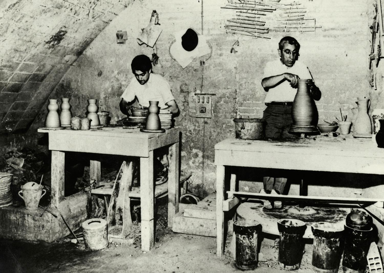 1897 AMDS Dos homes donant forma al fang amb els torns en el taller de la Terrisseria Batllori. Autor Campañà i Mora, Joan