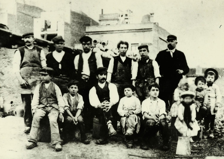 1897 AMDS Retrat de grup dels propietaris, els seus fills, dempeus a la dreta, i els treballadors de la Terrisseria Batllori. Autor Campañà i Mora, Joan