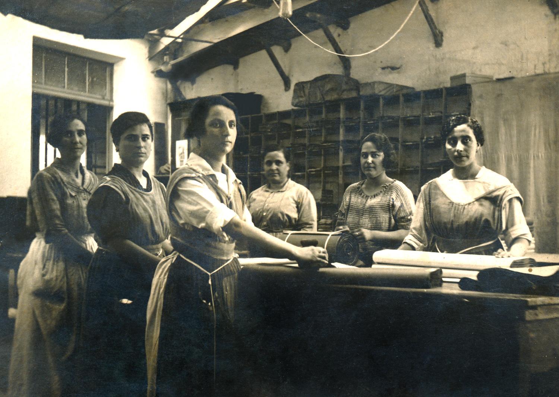 1920 Justa Goicoechea, en primer terme, amb altres companyes de feina de la fàbrica de Can Pareto