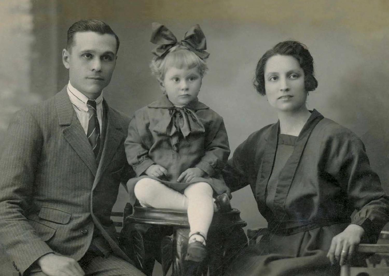 1922 Justa Goicoechea i Jaume Puerto amb la seva filla Mercè. E. SERRA MARTÍ - FAMÍLIA ARTIGAS VALL