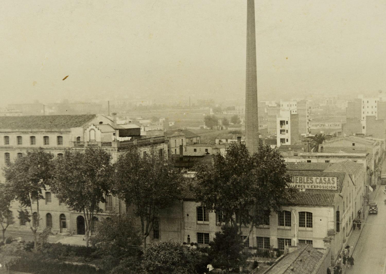 1933 AMDS Conjunt fabril el Vapor Vell situat en el carrer de Galileu. En primer terme, un panell amb l_anunci de _Muebles Casas_. Autor Unió Excursionista de Catalunya