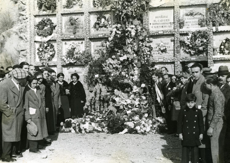 1935 AFB Visita d_homenatge a la tomba de Salvador Seguí al cementiri de Montjuïc. Autor Carlos Pérez de Rozas