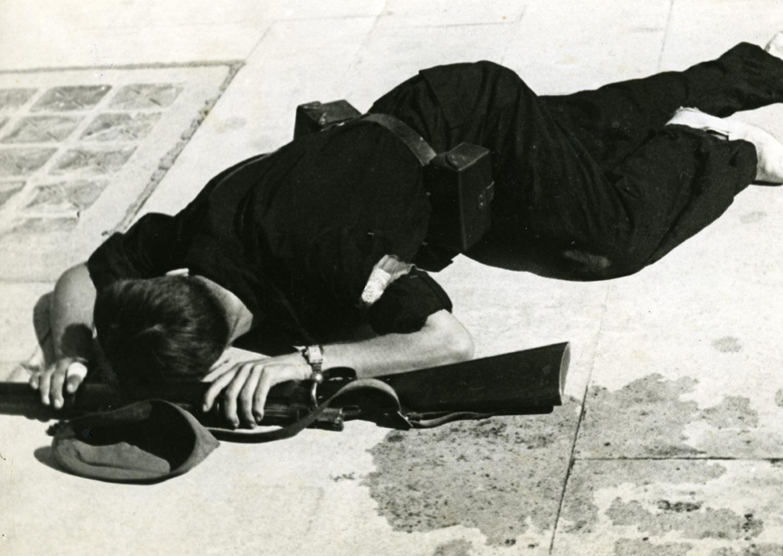 1936 AFB Milicià mort estirat al terra amb una arma a les mans. Autor Foto Marco