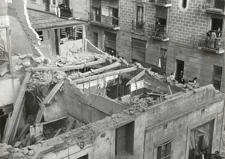 1937 AFB Bombardeig al Poble-sec. Imatge de l_estat d_un edifici després de ser bombardejat al carrer d_Anníbal. Autor Pérez de Rozas