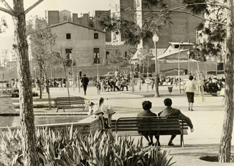 1963 AMDS Gent asseguda als bancs i nens jugant als jardins de can Mantega. Al fons, façana lateral de la masia de can Mantega. Autor Joan Janè