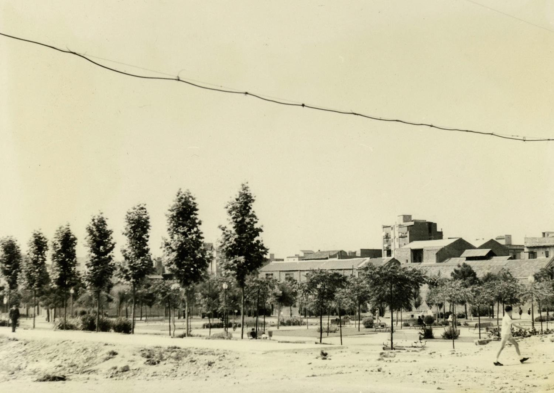 1964 AMDS Obres d_urbanització al carrer de Violant d_Hongria, cantonada amb els jardins de Can Mantega. En primer terme, un nen creua el carrer.