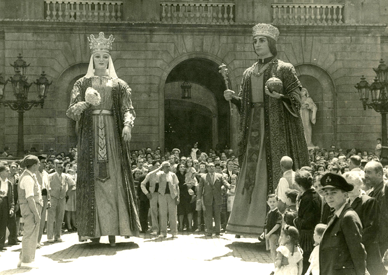 Gegants de Jaume I i Violant d_Hongria a la sortida de l_Ajuntament. Autor Pérez de Rozas, Carlos AFB 1947