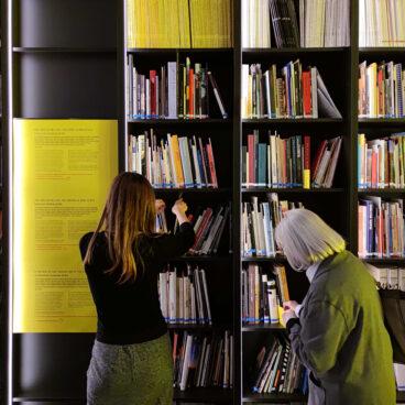 Visita comentada a Una poética del uso: utilizar la biblioteca a cargo de la artista Antònia del Río.11:00h